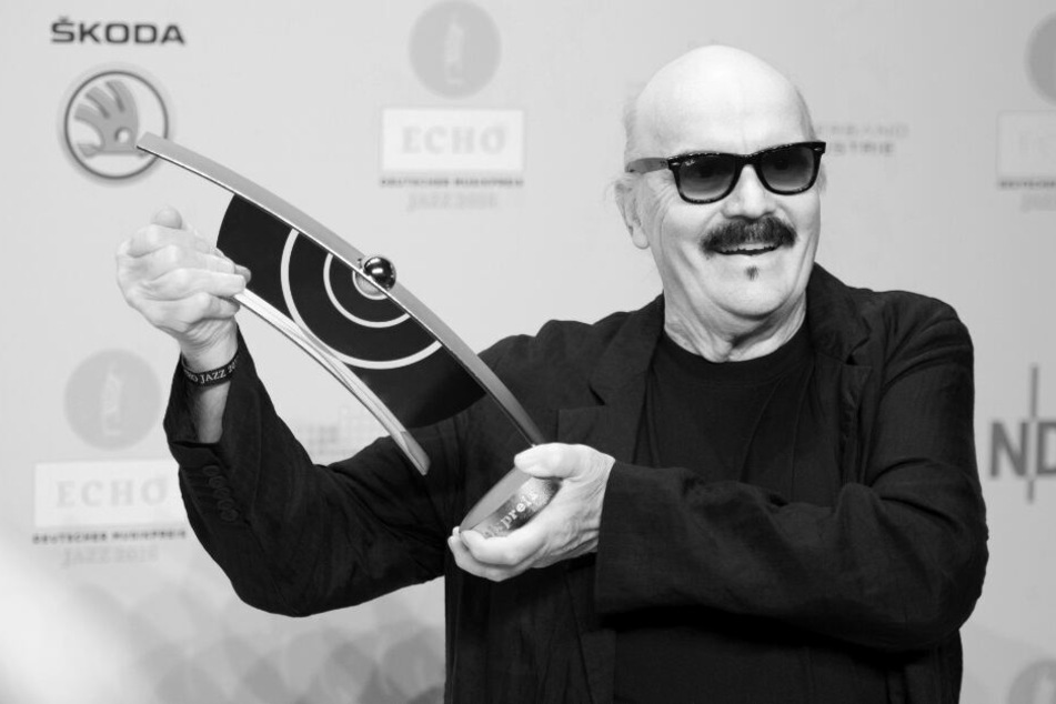 """Wolfgang Dauner, Preisträger in der Kategorie Lebenswerk, hält am Rande der Verleihung des """"Echo Jazz"""" seine Auszeichnung hoch. Dauner ist am Freitag in Stuttgart nach längerer Krankheit im Alter von 84 Jahren gestorben."""