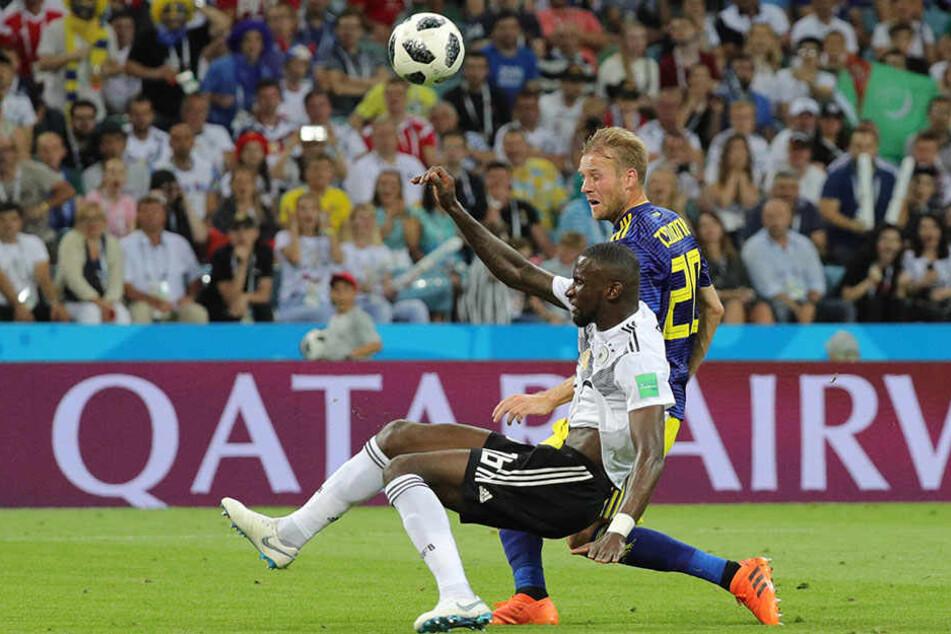 Der Schockmoment: Ola Toivonen (.r.) bringt Schweden mit 1:0 in Führung. Antonio Rüdiger (l.) kann nicht mehr entscheidend eingreifen.