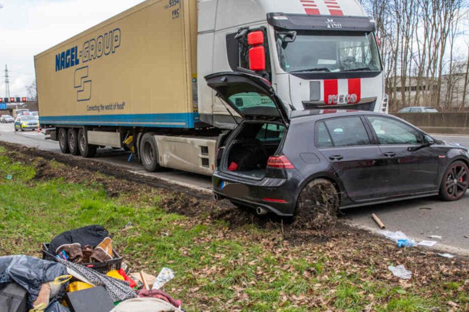 Frau schwer verletzt: Laster schiebt Auto auf A57 vor sich her