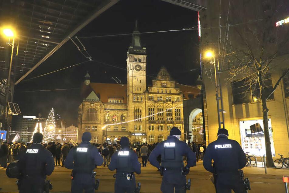 Einsatzkräfte sicherten die Silvesternacht in Chemnitz ab.