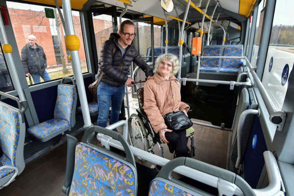 Die neuen CVAG-Busse haben zwei Rolli-Stellplätze, wie von Eva-Maria Beyer (69), Vorsitzende des Kirchlichen Körperbehindertenbundes, und Kay Uhrig (46) von der Mobilen Behindertenhilfe gefordert.
