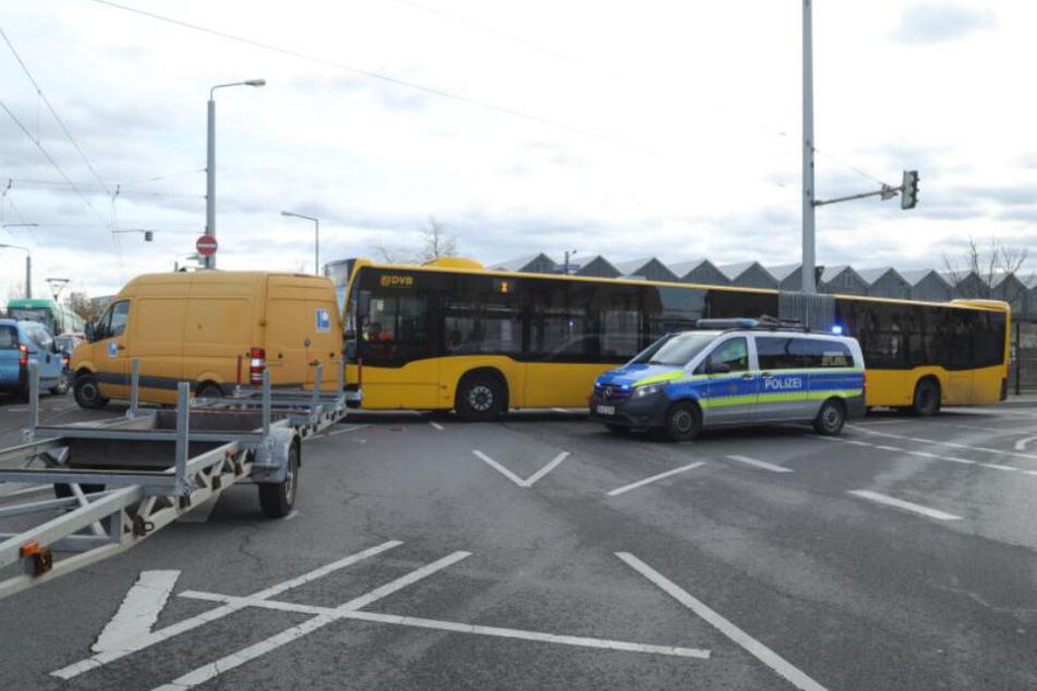 Der Sprinter mit dem Hänger wurde von dem Bus seitlich erwischt.
