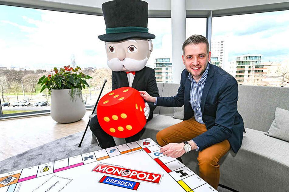 Florian Freitag (32, r.), ist Geschäftsführer der Zwickauer Werbeagentur, die für die Dresden-Edition des Spieleklassikers verantwortlich ist. Mr. Monopoly (alter Unbekannt, l.) kann es kaum erwarten, das Spiel mal zu testen.