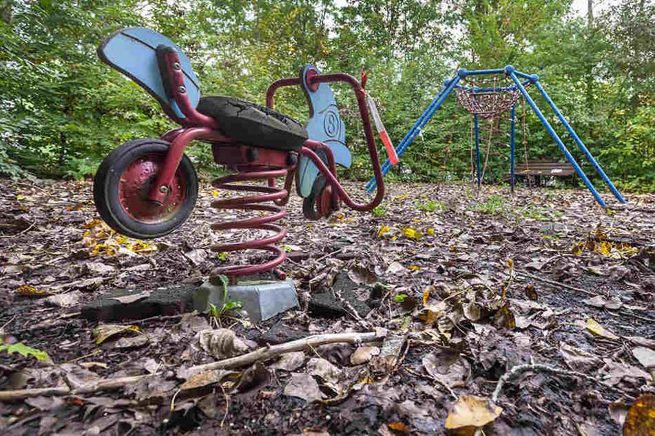 Auf dem ungesicherten Gammel-Spielplatz steht ein kaputtes Wipp-Tier. Darauf  zu spielen, ist gefährlich.