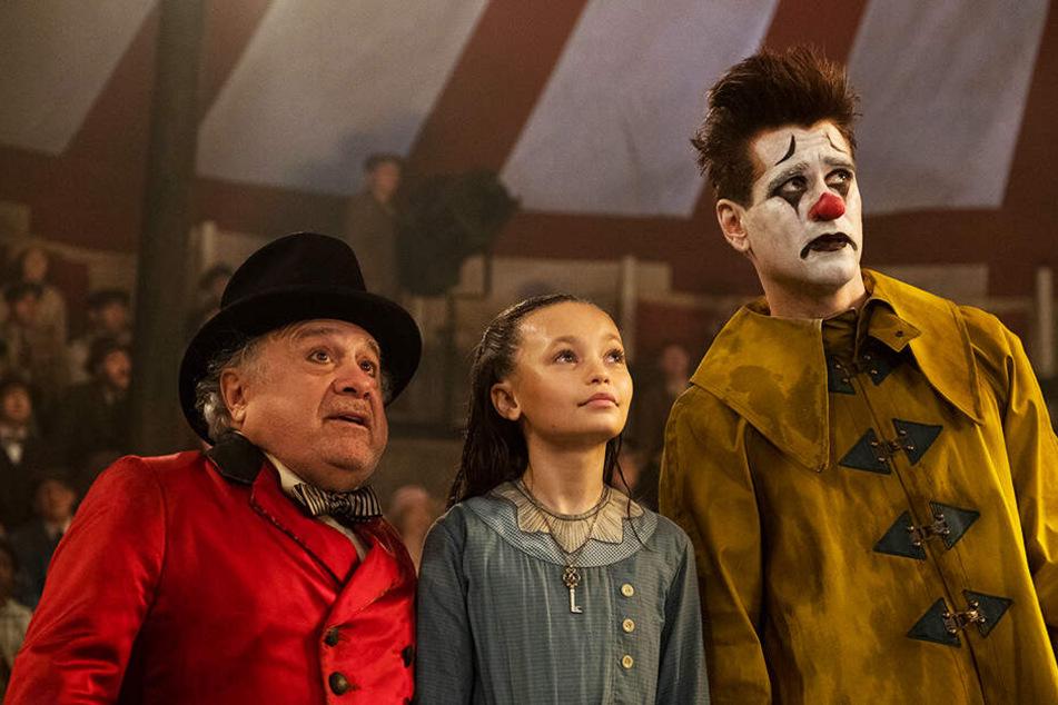 Zirkusdirektor Max Medici (l., Danny DeVito), Milly (M., Nico Parker) und Holt Farrier (Colin Farrell) staunen über Dumbos Fähigkeiten.