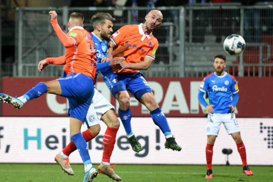 Beim 1:0 setzte sich Torschütze Stefan Thesker (M) gegen Tobias Kempe (l.) und Patrick Herrmann (r.) durch.