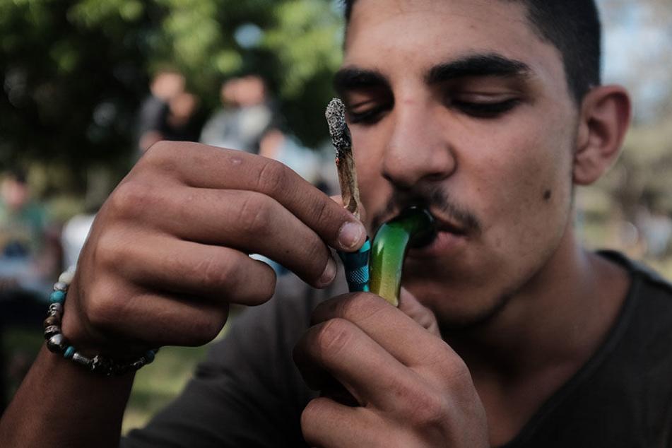 Nach Zeugenhinweisen fanden Polizisten in der Wohnung eines 18- und 19-Jährigen große Vorräte an Drogen (Symbolbild).
