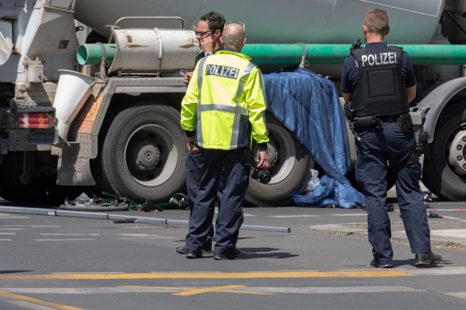 Polizisten am Unfallort.