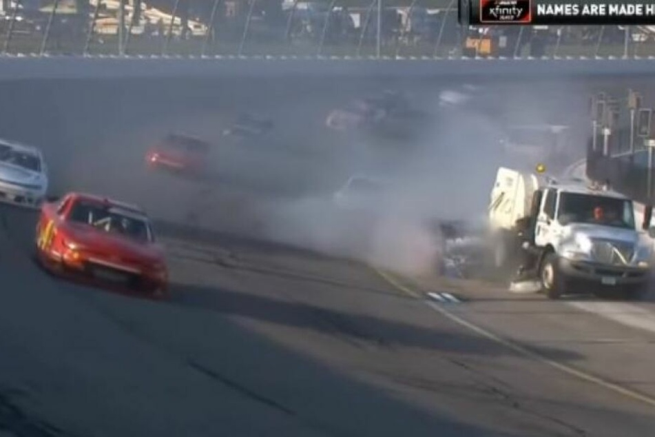 Kurioser Unfall bei NASCAR-Rennen: Fahrer rast in Streckenfahrzeug