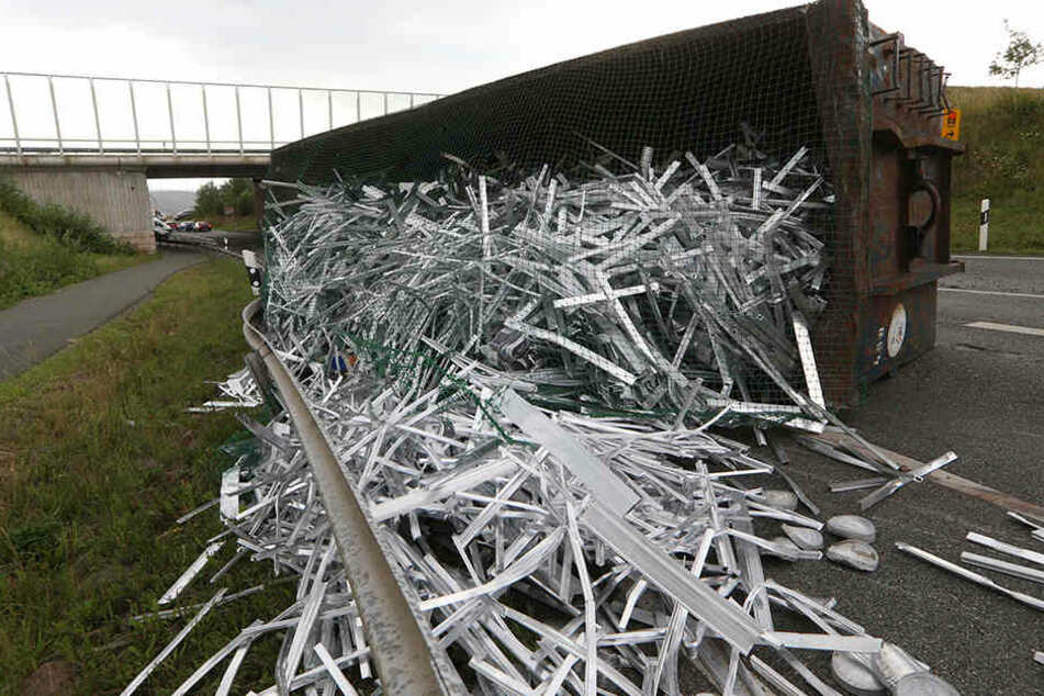 Alu-Laster umgekippt: Bundesstraße voll gesperrt