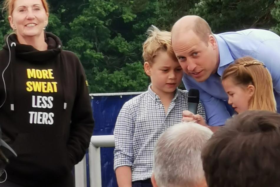Prinz William zeigt sich mit Kindern am Mikrofon: Was verkünden sie da?