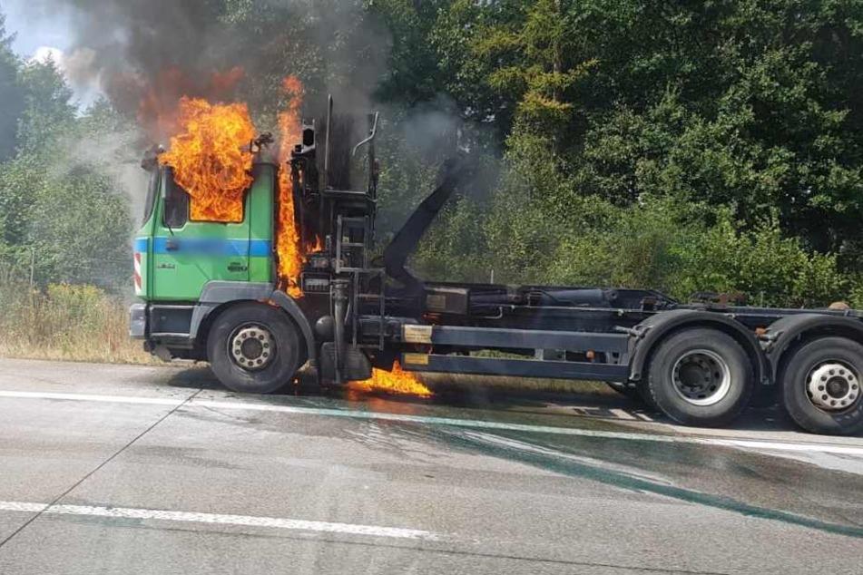 Das Fahrerhaus des Lkw steht komplett in Flammen.