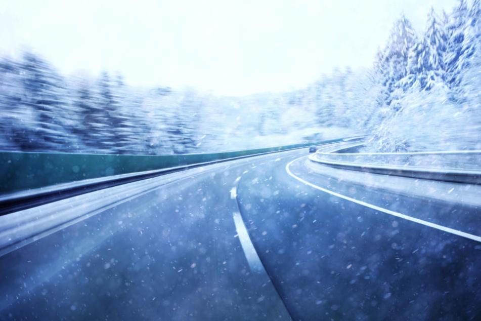 Im Erzgebirge kann es am Sonntag Neuschnee geben. Durch den Sturm wird auch vor Schneeverwehungen gewarnt.