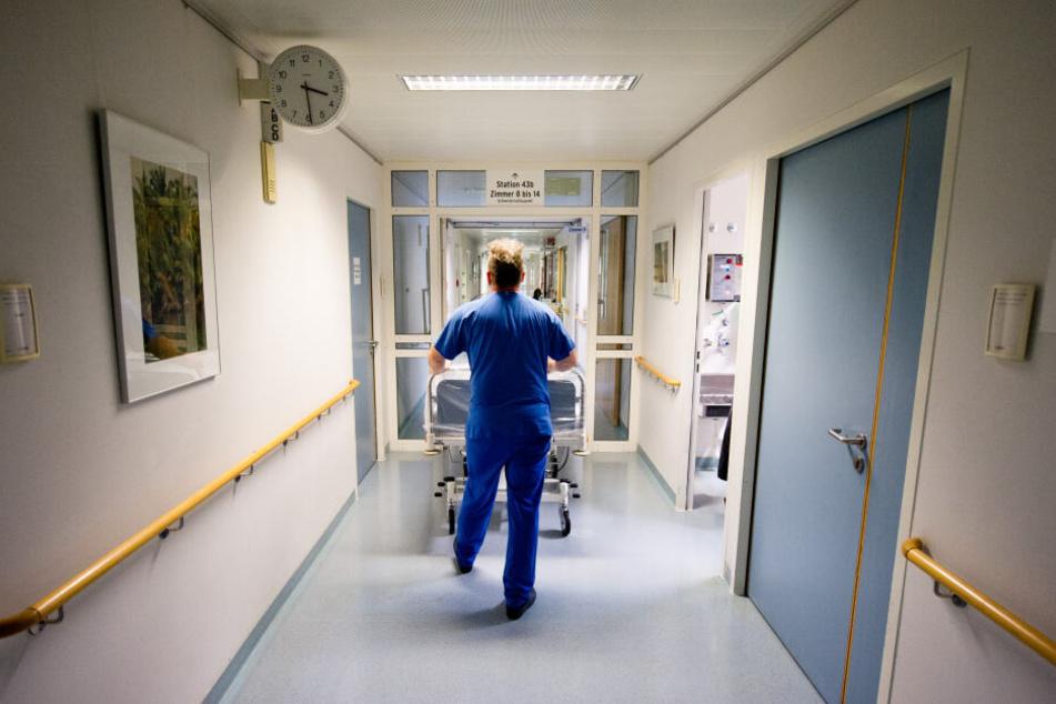 Ein Krankenpfleger in einem Krankenhaus.