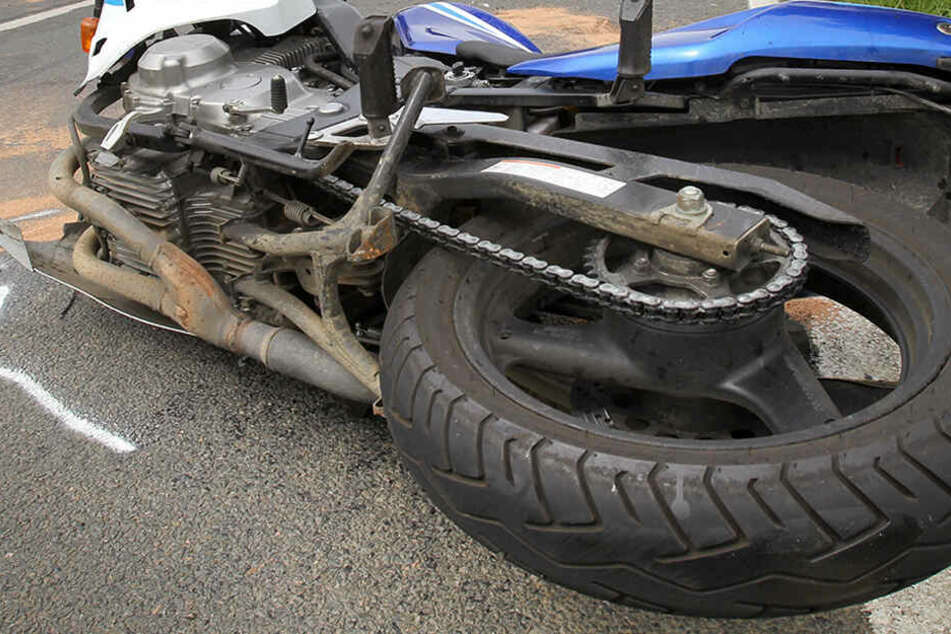 Der Autofahrer hatte das Bike wegen eines anderen, geparkten Fahrzeugs nicht gesehen. (Symbolbild)