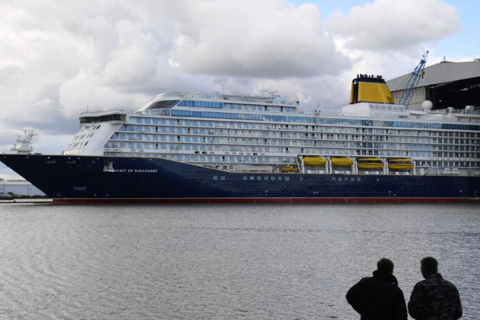 """Die """"Spirit of Discovery"""" verlässt das Baudock der Meyer-Werft."""