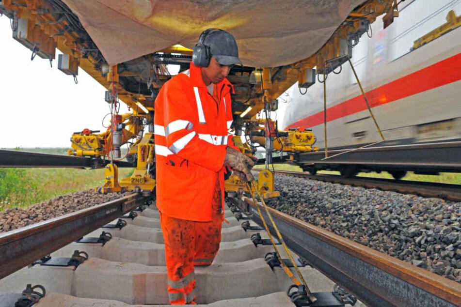 Ein Mitarbeiter der Deutschen Bahn kümmert sich um den reibungslosen Ablauf der Bauarbeiten.