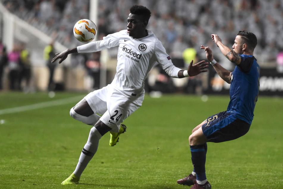 Danny da Costa behauptet gegen Giorgios Vasiliou den Ball.