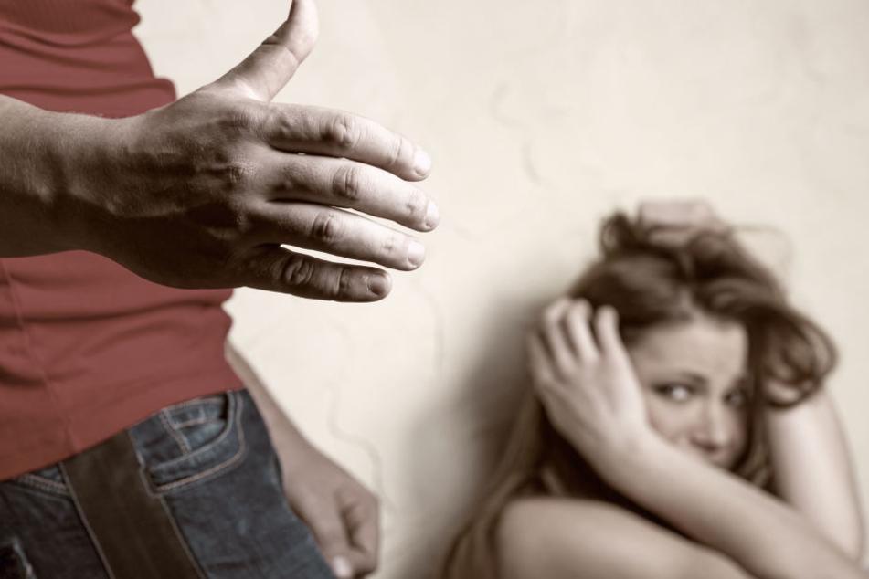 Der Mann war alkoholisiert als er auf die Frau einschlug. (Symbolbild)