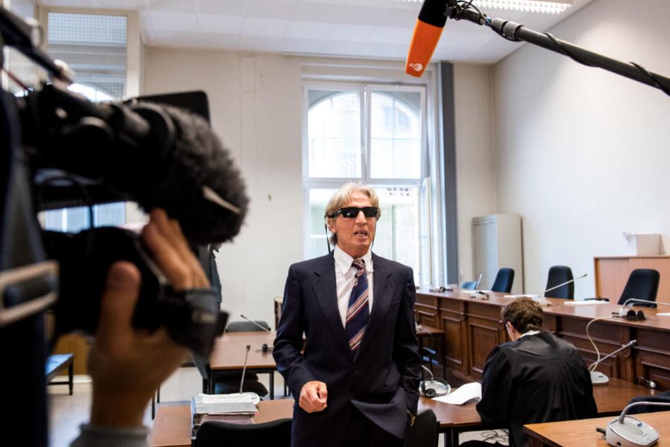 Mit Sonnenbrille und im Anzug trat Jauernik auch an den anderen Prozesstagen vor die Presse.