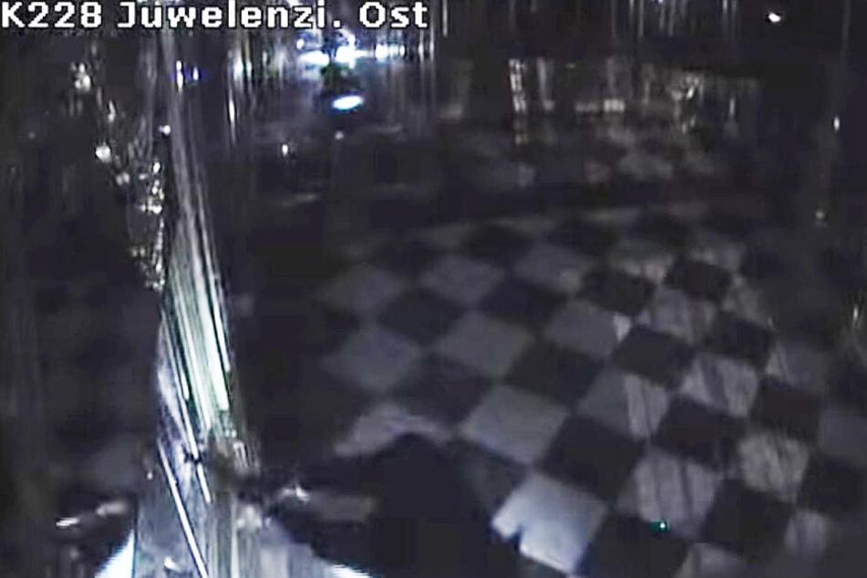 Bilder der Überwachungskamera zeigen, wie einer der Täter mit einer Axt auf die Vitrine einschlägt.