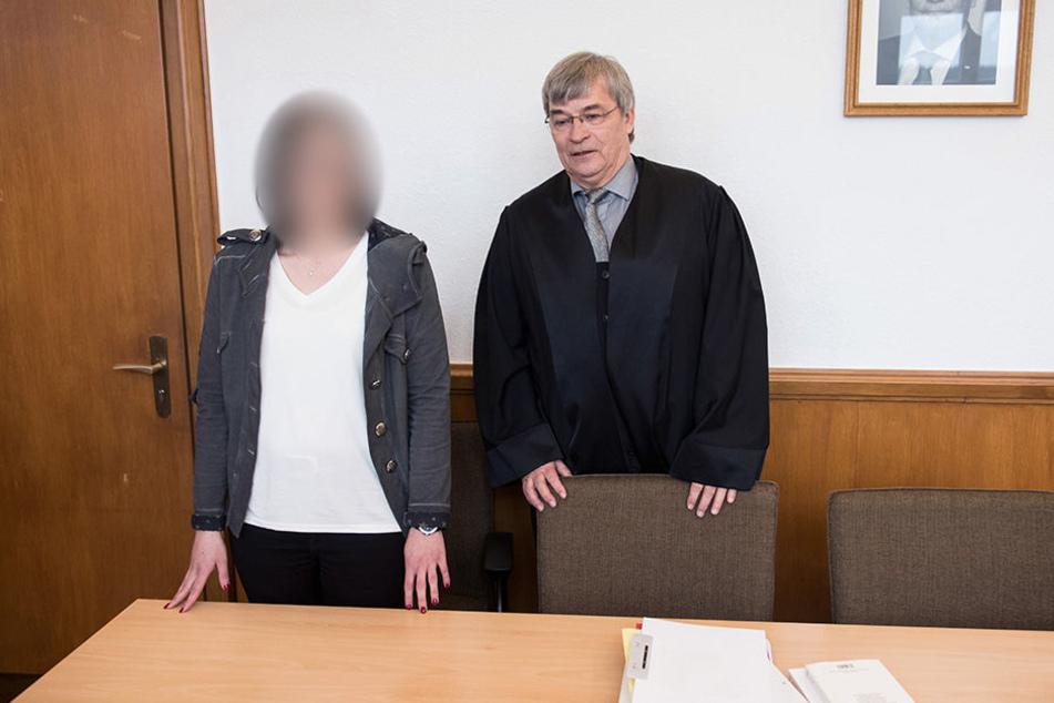 Die 29-jährige angeklagte Jugendamts-Mitarbeiterin (li.) steht neben ihrem Verteidiger Thomas Mörsberger.