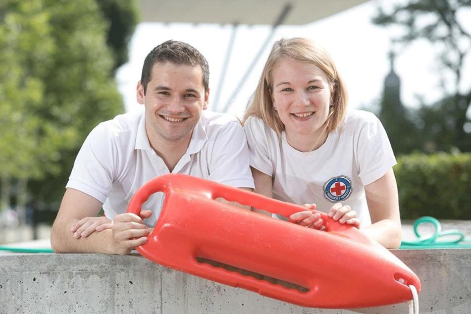 Rettung aus höchster Not: DRK-Rettungsschwimmer Barbara Spitz (24) und Benedikt Krug (27) holten im Naturbad Mockritz gemeinsam eine ertrinkende Frau aus dem Wasser.