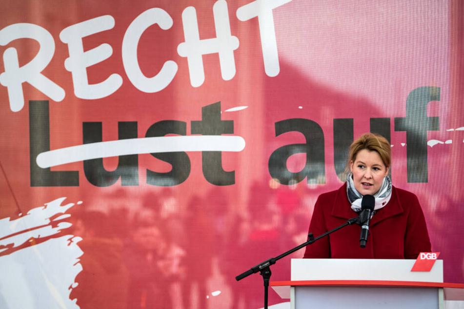 """Franziska Giffey (SPD) spricht bei einer Kundgebung des Deutschen Gewerkschaftsbundes (DGB), des Sozialverbands Deutschland und des Deutschen Frauenrates zum """"Equal Pay Day""""."""