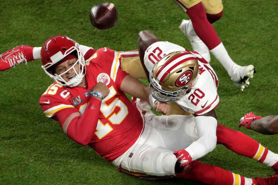 Jimmie Ward (r.) holt Quarterback Patrick Mahomes von den Beinen.