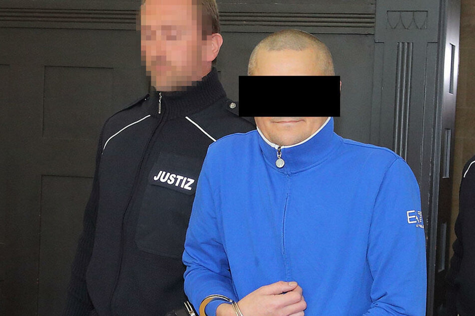"""Falscher """"Doktor der Urologie"""": Matthias Sch. (41) wurde gestern in Handschellen in den Gerichtssaal geführt."""