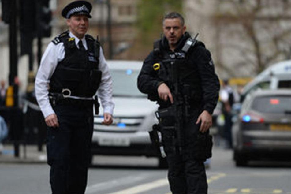 Die Polizei nahm einen bewaffneten Mann Ende Zwanzig fest.