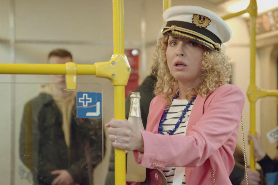 Während ihres Junggesellinnenabschied trifft Nina in der U-Bahn auf Leon.