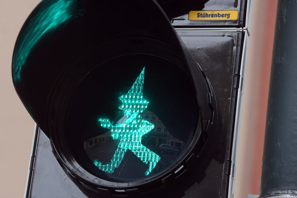 An einer Ampel leuchtet in Augsburg die Silhouette des Kasperl.