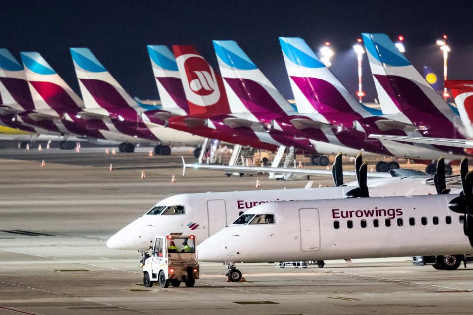Eurowings-Flugzeuge an einem Flughafen.