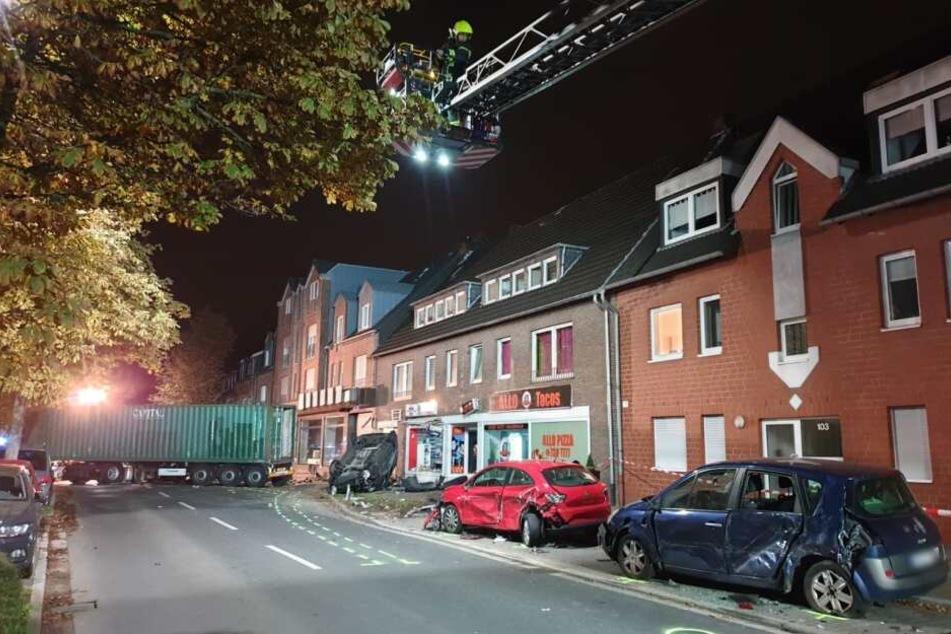 Durch die Wucht des Aufpralls wurde ein Auto gegen eine Gebäudefassade geschleudert.
