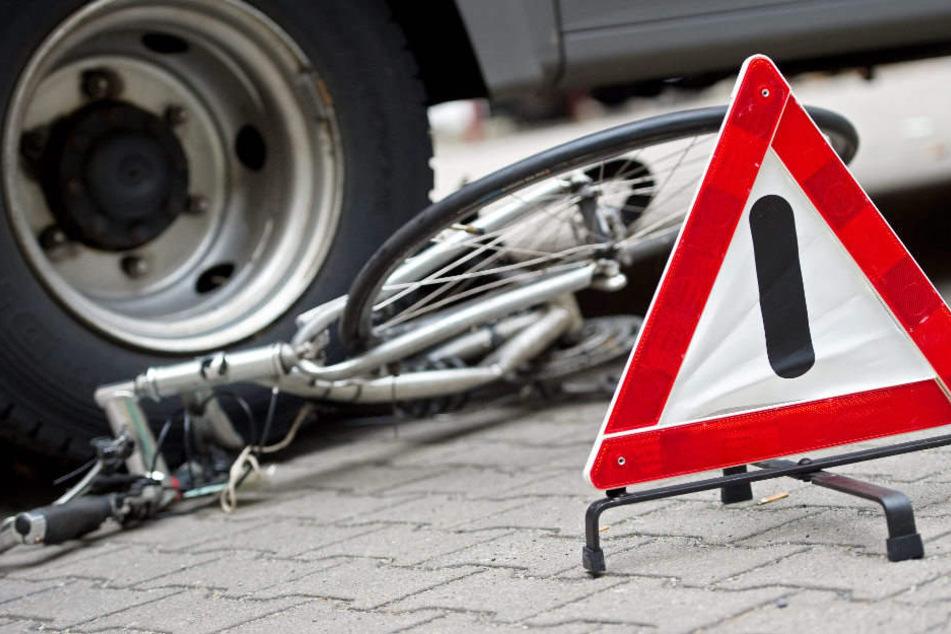 Ein 80 Jahre alter Radfahrer ist bei dem Unfall gestorben. (Symbolbild)