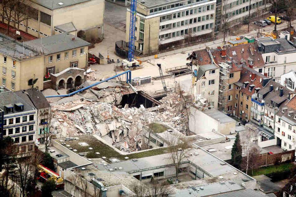 Trümmer liegen in Köln an der Stelle, an der sich das eingestürzte Historischen Stadtarchiv befand.