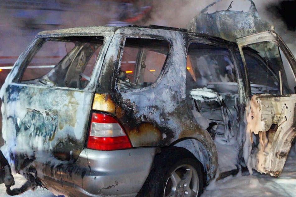 Stichflamme! Fahrer kann sich in letzter Sekunde aus brennendem Auto retten