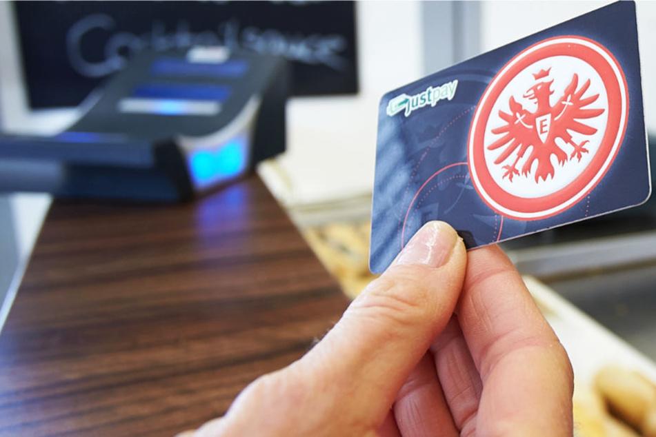 """Schon beim Heimspiel am Samstag können Eintracht-Fans gültige """"JustPay""""-Karten einlösen (Archivbild)."""