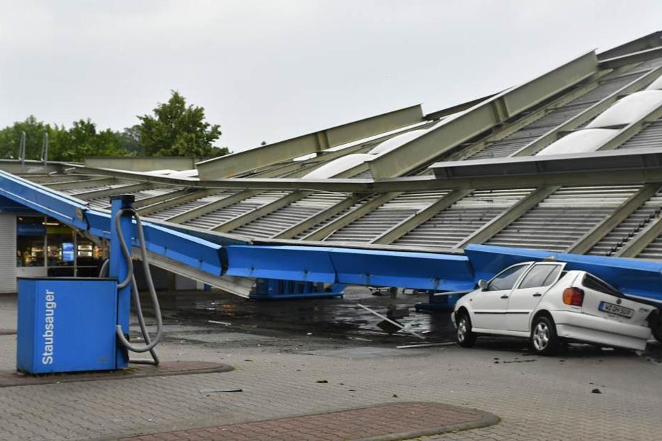 Das eingestürzte Dach begrub mehrere Autos unter sich.