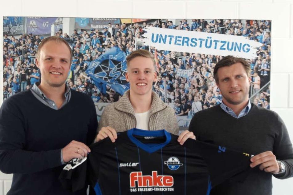 Christoph Müller (links) und Markus Krösche (rechts) freuen sich über die Unterschrift von Olivér Schindler (Mitte).
