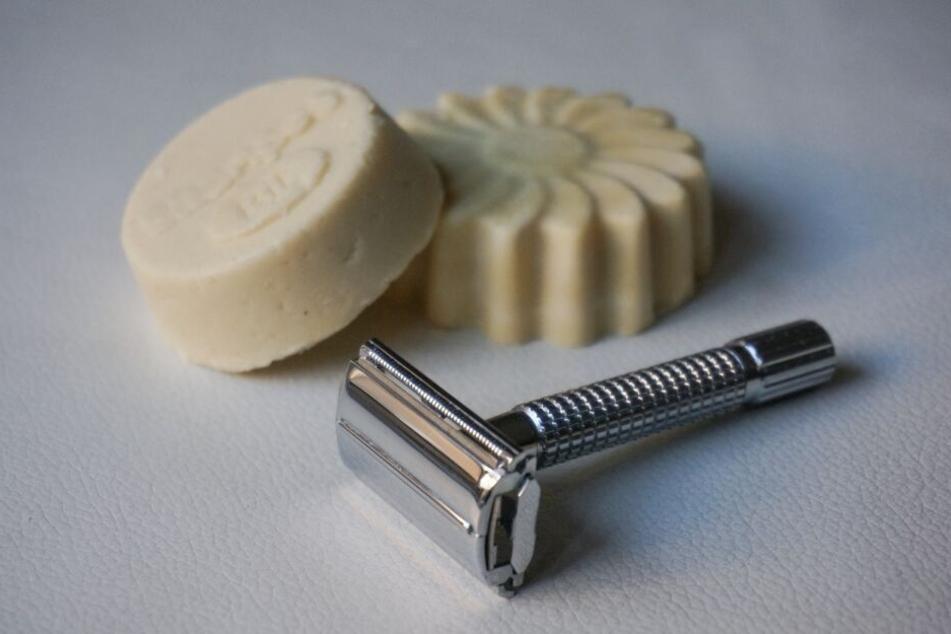 Das Nutzen von fester Seife und Rasierhobel spart jede Menge Müll.