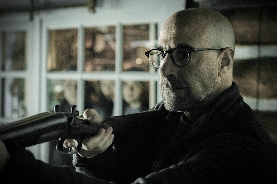 Hugh Andrews (Stanley Tucci) greift notgedrungen sogar zur Schrotflinte.
