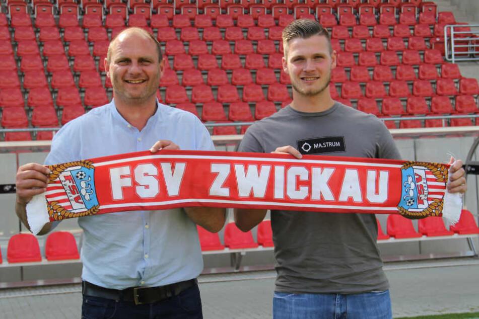 Sportdirektor David Wagner (l.) mit Neuzugang Nico Beyer (r., 21).