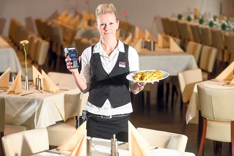Nur Bares ist Wahres: Restaurantfachfrau Susann Krautwald (33) bekommt immer seltener Trinkgeld, wenn mit Karte bezahlt wird.