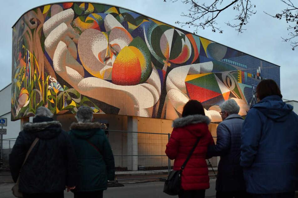 DDR-Mosaik aus 70.000 Glasfliesen findet seinen Platz in Erfurt