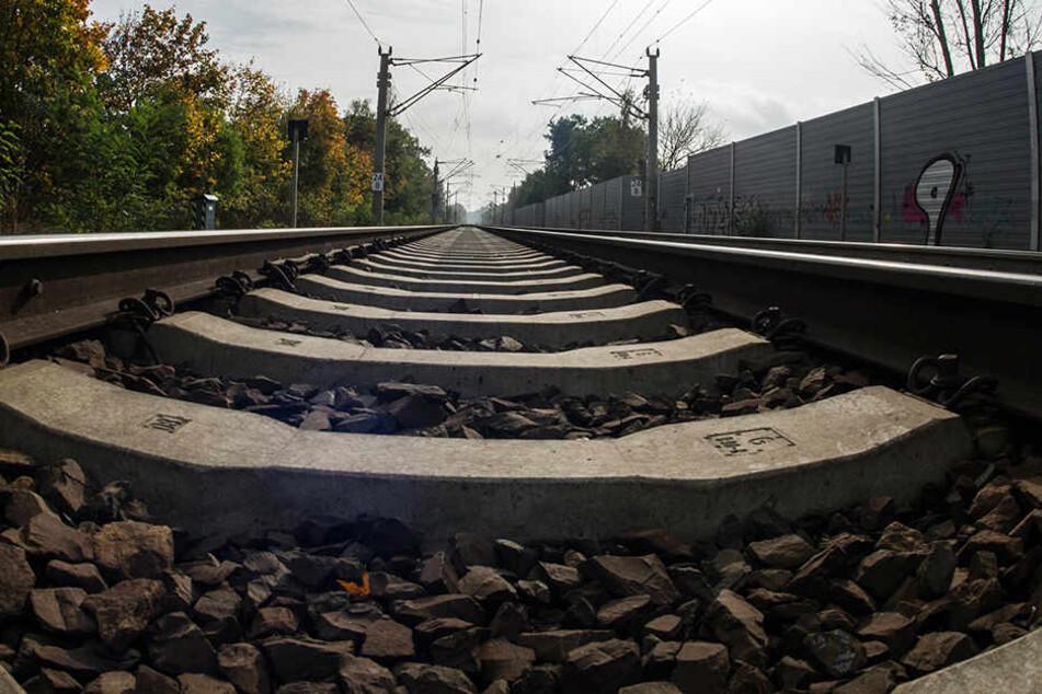 In Rheinland-Pfalz wurde eine 17-Jährige von einem Zug erfasst und getötet. (Symbolbild)