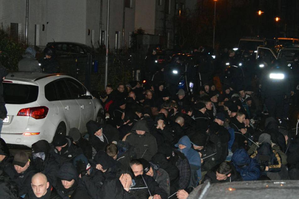 Mehr als 200 Verdächtige saßen mit Handfesseln auf den Boden, ehe sie zur Polizeidirektion gebracht und ihre Personalien festgestellt wurden.