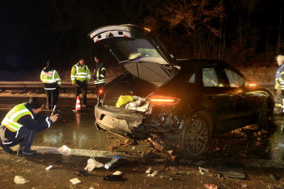 Der 55-Jährige wurde zwischen seinem Porsche und dem Opel eingeklemmt.
