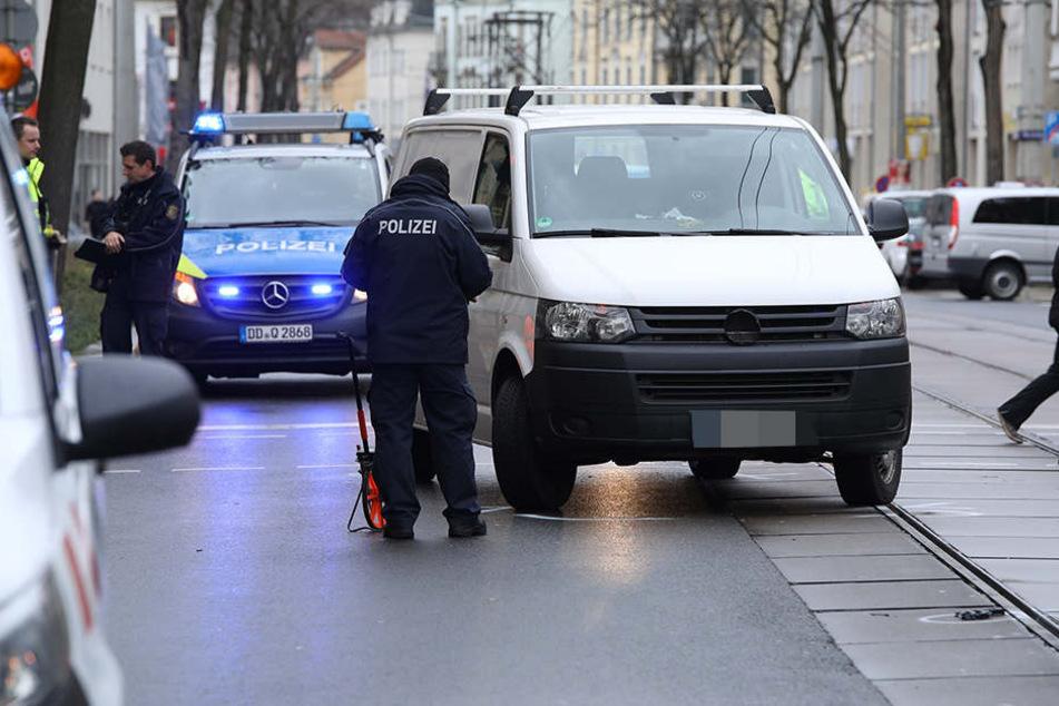 Bei Rot gefahren? VW-Transporter erfasst 2-Jährigen